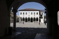 Koper in Istrien, Slowenien: Koper hat eine nette Altstadt, die man aber erst hinter den großen Hafen- und Industrieanlagen finden muß. Einzig der romanische Stadtturm ist von weitem sichtbar.