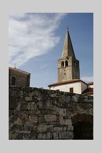 Kroatien in Istrien, Porec: Touristisches Zentrum mit bedeutender Vergangenheit. Die Stadt Porec (italienisch Parenzo) ist neben Rovinj und Pula die bedeutendste Küstenstadt an der Westküste der Halbinsel Istrien in Kroatien und hat ca. 17.000 Einwohner
