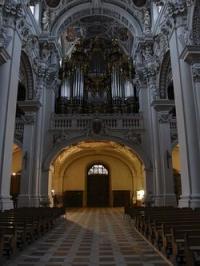 Der Dom St. Stephan ist die Bischofskirche des Bistum Passau. Die Kirche befindet sich am höchsten Punkt der Passauer Altstadt. Der Dom wurde nach dem großen Stadtbrand von 1662 im Stil des Barock wieder aufgebaut.