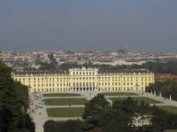 Schloss Schönbrunn gehört neben dem Stephansdom, der Hofburg mit dem Sisi-Museum und dem Schloss Belvedere zu den bekanntesten Sehenswürdigkeiten in Wien. Schloss Schönbrunn ist das größte Schloss Österreichs.