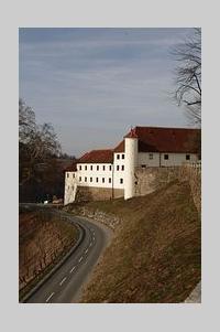 Schloss Seggau liegt in der Gemeinde Seggauberg in der Südsteiermark in Österreich. Es befindet sich auf einem bewaldeten Hügel über der Stadt Leibnitz.
