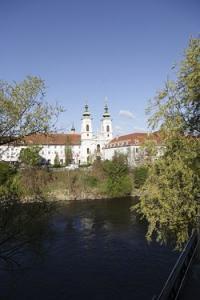 Die Kirche Mariahilf in Graz. Aufnahme vom rechte Murufer. Die Kirche Mariahilf zählt zu den schönsten Sakralbauten in der steirischen Landeshauptstadt.