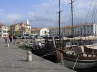 Izola - Isola in Istrien, Slowenien war ursprünglich eine vorgelagerte Insel, wie auch Rovinj oder Novigrad. Durch die Nähe zum Festland ist Izola alledings bereits seit 2000 Jahren besiedelt. Im 19. Jahrhundert wurde die Stadtmauer abgerissen