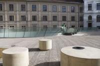 Am 200. Jahrestag der Gründung des Universalmuseum Joanneum wurde das Joanneumsviertel in Graz eröffnet. Das Joanneumsviertel befindet sich mehr unter als auf der Erde. In einer 2-jährigen Bauzeit wurde der Innenhof in der Altstadt von Graz umgebaut.